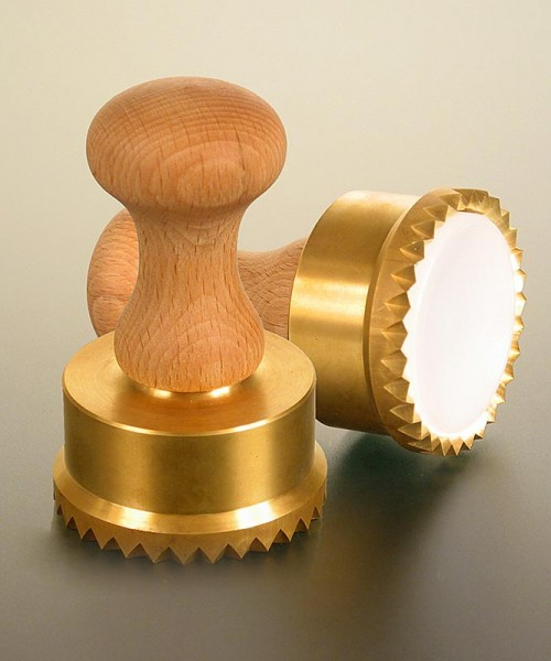 Deli-Vinos Kitchen Accessories - Ausstecher Ravioli Holz/Messing rund mit gezacktem Rand 65mm