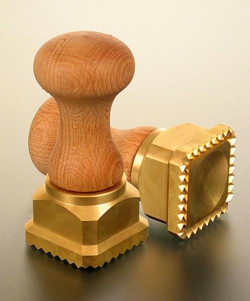 Deli-Vinos Kitchen Accessories - Ausstecher Ravioli Holz/Messing quadratisch mit gezacktem Rand 45x45mm
